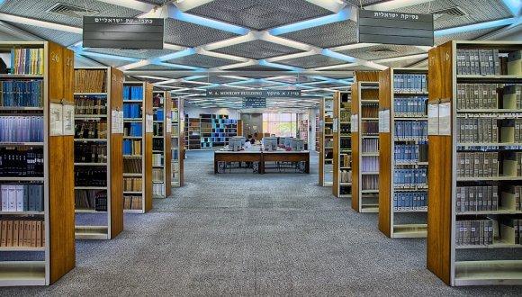 מבט על חלל הספרייה בקומת הכניסה, תמונה זוכה בפרס ראשון בתחרות מצלמים @ TAU Law 2014, צלם: מיכאל ויאזמנסקי